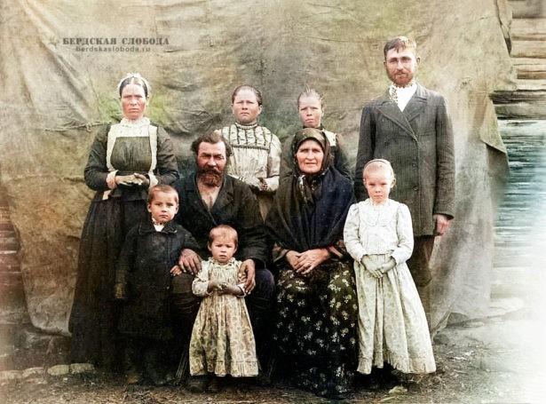 Крестьянская семья. Фото этнографа Михаила Круковского, сделанное в 1908 году во время экспедиции по Оренбургской и Уфимской губерниям.