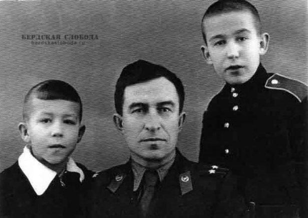 Это я в отпуске с отцом и младшим братом. Фото: из личного архива