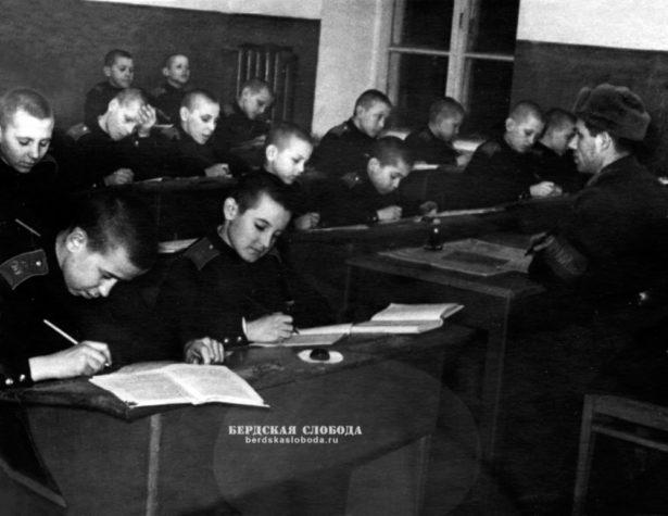 Крайний слева за первым столом - это я. Фото: из личного архива