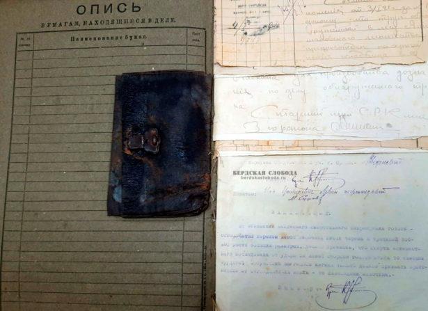 Портмоне, 4 550 рублей денег и проездной железнодорожный билет при убитом остались нетронутыми.