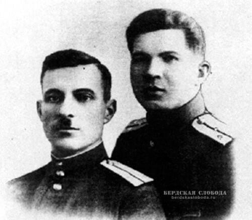 Командир курсантского взвода Чкаловского пулеметного училища ст. лейтенант Н.И. Сайгин (справа) с товарищем.