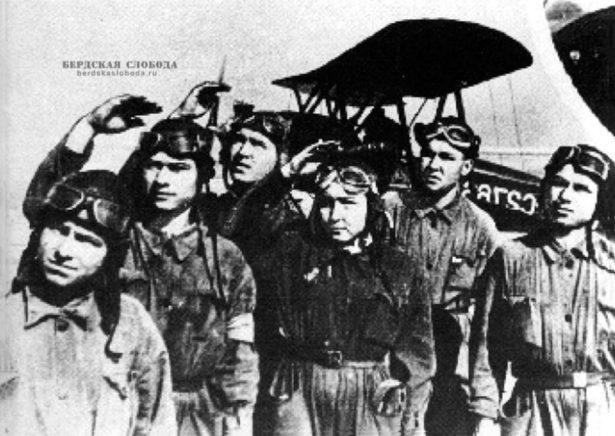 Курсанты Оренбургского аэроклуба. 1943 год.