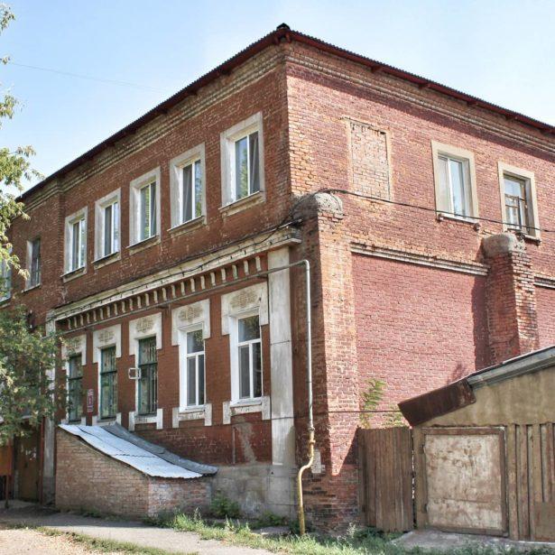 В Оренбурге известный дом Захо стоит в Мало-Торговом переулке. Построен он в стиле модерн