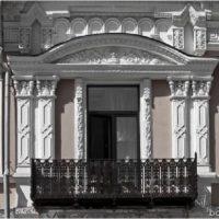 На него похож дом А. Н. Захо в Екатеринбурге. В верхней части пилястр, обрамляющих окна, и в Оренбурге, и в Екатеринбурге можно разглядеть мордашки.