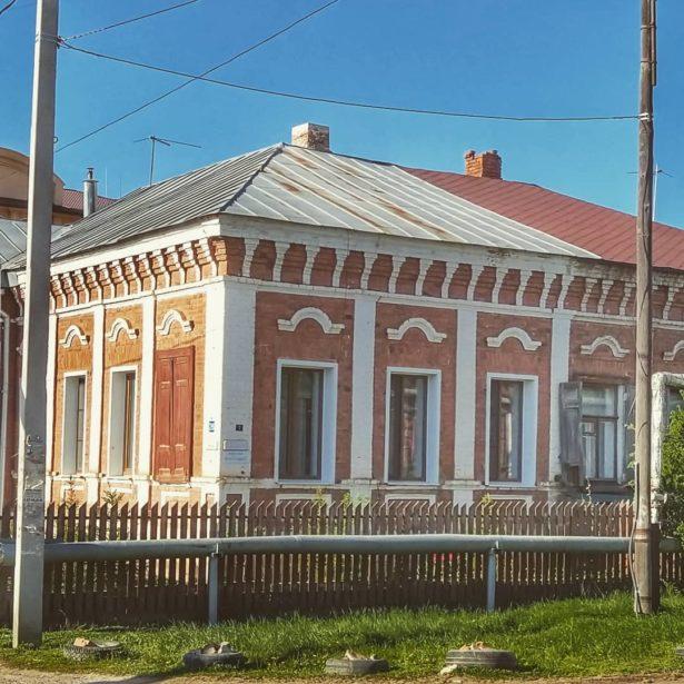 Представляете, каким симпатичным был Оренбург в начале прошлого столетия? Часть домов с похожим декором.