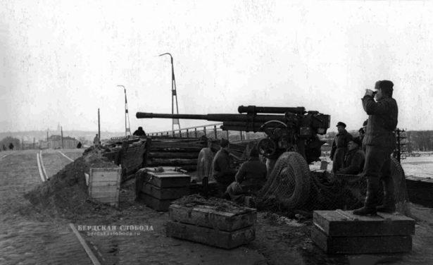 Зенитное орудие 52-К на Пролетарском мосту в Туле. Октябрь 1941 года.
