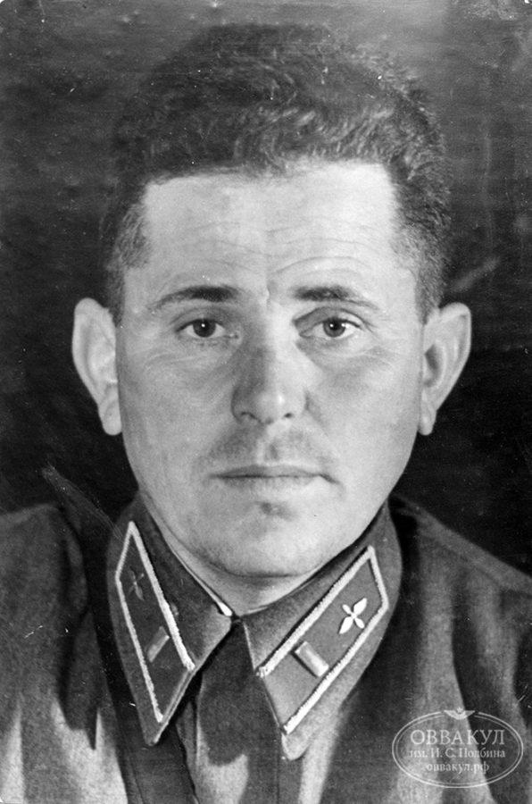 Неподписанная фотография, размещена на одном стенде с описанием подвига лейтенанта Зверева (предположительно Иван Иванович Дубовой).