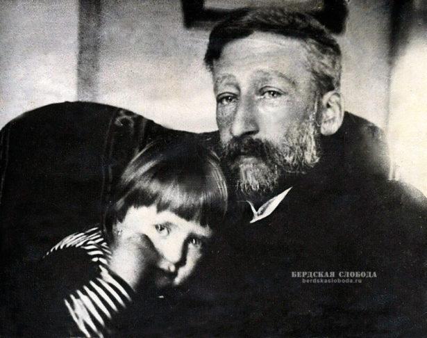 Александр Александрович (внук поэта) с дочерью Катей. 1913 год