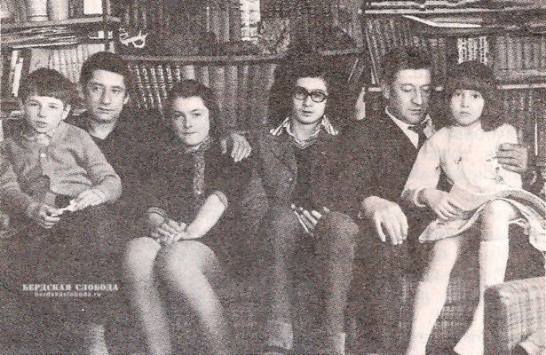 Александр Георгиевич Пушкин, праправнук поэта (справа) с сыном Александром и дочерью Аней; Михаил Георгиевич Пушкин, праправнук поэта, с дочерью Катей и сыном Мишей, 1976 год