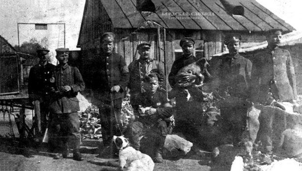 Группа военнопленных, Германия, 111 рабочий батальон. Пятый слева — Г. К. Соколов (стоит с собакой).