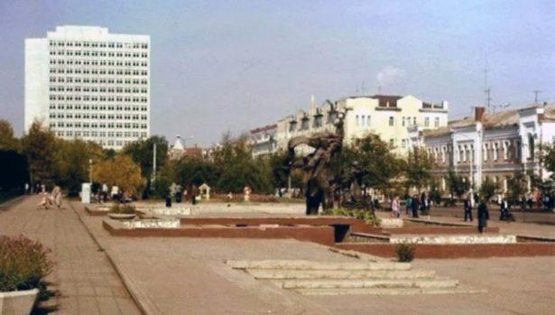 Так выглядела площадь на Советской улице до начала строительства «Атриума»