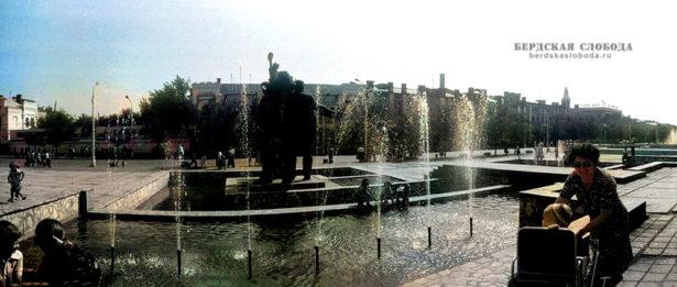 """Вид на фонтан на ул. Советская. Фото: Игорь Квятковский, колоризация """"Бердская слобода"""""""