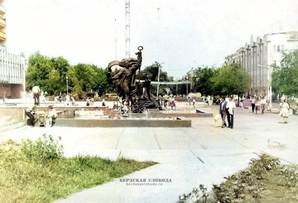 """Памятник «Искусству и наукам», колоризация """"Бердская слобода""""."""